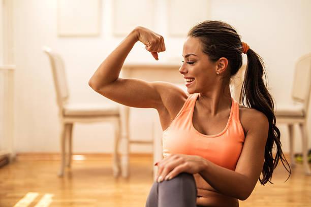 Ćwiczenia wzmacniające w domu. Jak prawidłowo ćwiczyć samemu?